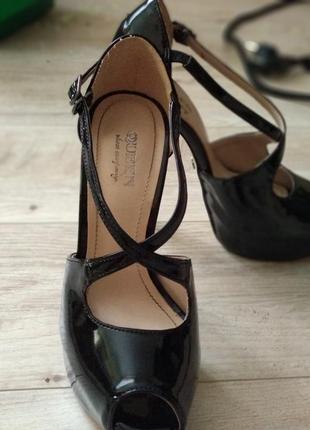 Лакированные босоножки на высоком каблуке 35 размера