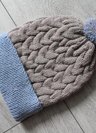 Вязаная шапка с косами и помпоном ручной работы