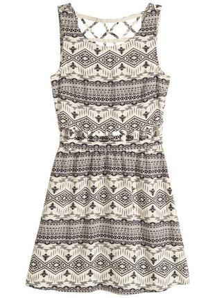 Платье из вискозы с актуальными вырезами для миниатюрной девушки