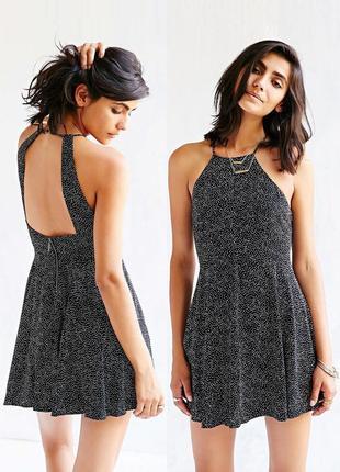 Платье в горох с красивой спинкой.