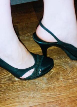 Кожаные босоножки, туфли с открытой пяткой.