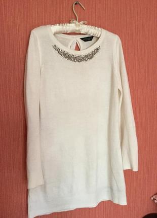 Красивое белое платье с камушками