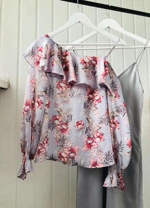 Блузка на одно плечо в цветы new look