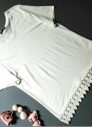 Романтичная белая футболка с кружевом.