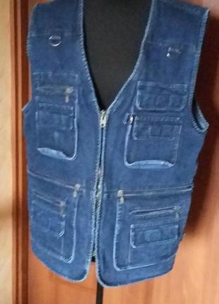 Мужской джинсовый жилет.