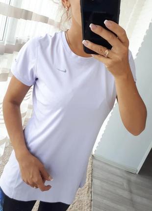 Лиловая спортивная футболка