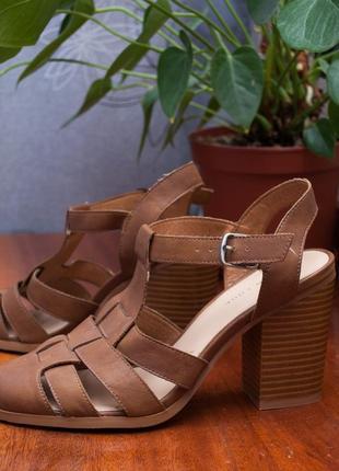 Закрытые коричневые босоножки new look на устойчивом каблуке