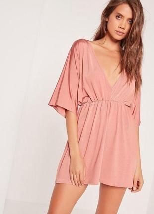 Шикарное короткое платье с глубоким декольте
