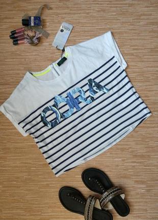 Модная короткая футболка