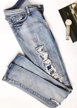 Стильні джинси з потертостями