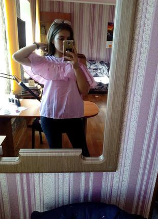Блуза с голыми плечами и воланами
