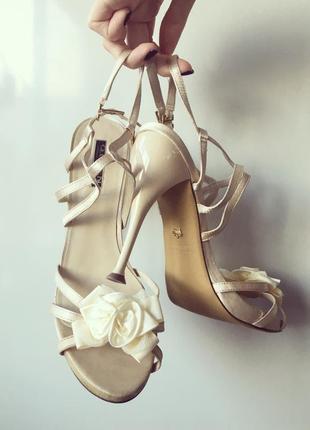 Босоножки вечерние бежевые на каблуке свадебные queens