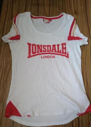Яркая спортивная футболка