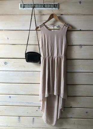 Нюдовое платье с открытой спинкой