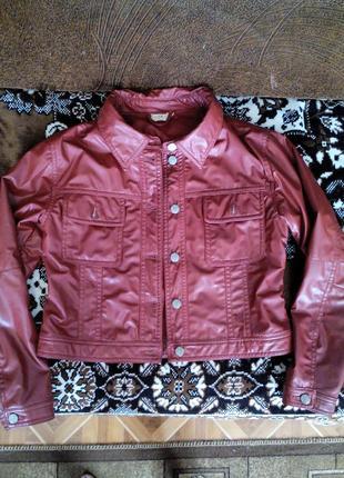 Модная куртка из качественной экокожи .