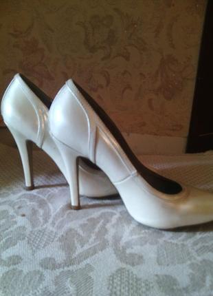 Утонченные бежевые туфельки