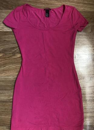 Короткое яркое платье по фигуре