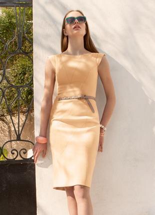 Платье приталенного силуэта с рельефными швами