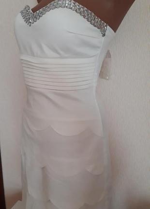 Платье бандо с многослойной юбкой и камнями