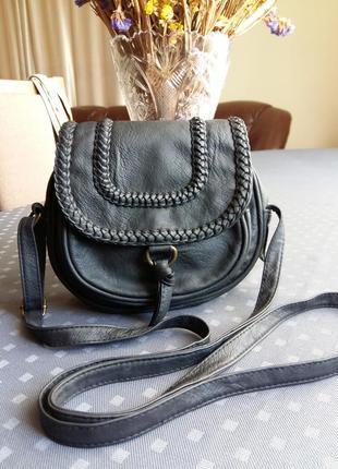 Красивая черная круглая сумка кроссбоди фирмы atmosphere