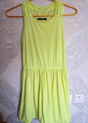 Красивое желтое платье выше колена