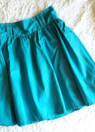 Бирюзовая пышная юбка со складками.