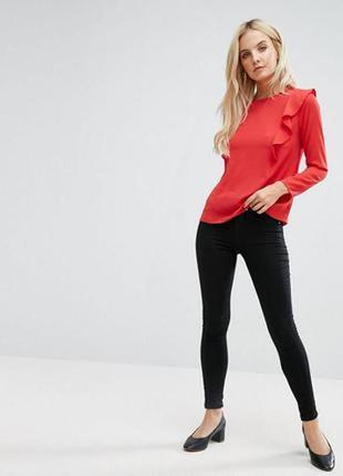 Красная блуза в рюши