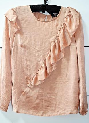 Очень красивая пудровая блуза с воланами фирмы top shop