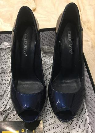 Темно-синие лаковые туфли на высоком каблуке