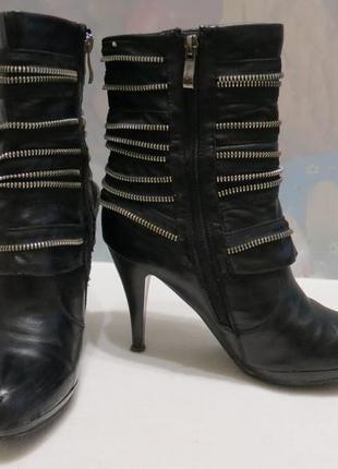 Черные полусапожки на каблуке