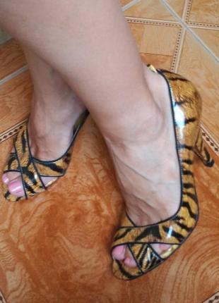 Лаковые туфли лодочки с анималистичным принтом  с открытым носом на каблуке рюмочкой2 фото