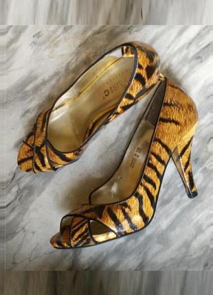 Лаковые туфли лодочки с анималистичным принтом  с открытым носом на каблуке рюмочкой