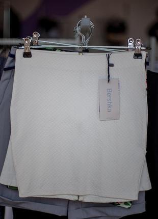 Крутая белая юбка от bershka