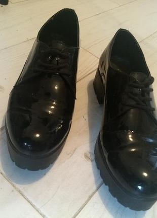 Лаковые туфли кожаные полностью