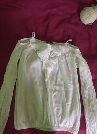 Блузка с отркрытыми плечами и жабо