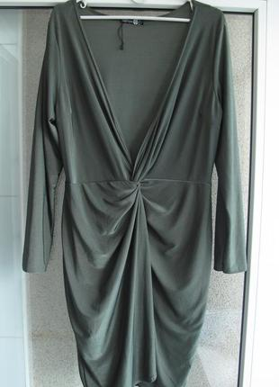 Стильное нарядное платье на запах с длинным рукавом оливкового цвета от бренда boohoo+