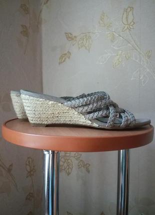 Плетеные шлепанцы на танкетке graceland