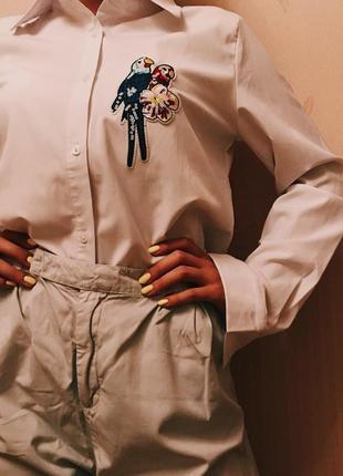 Белая рубашка с нашивкой