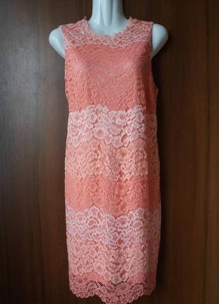 Платье кружевное кораллового цвета.