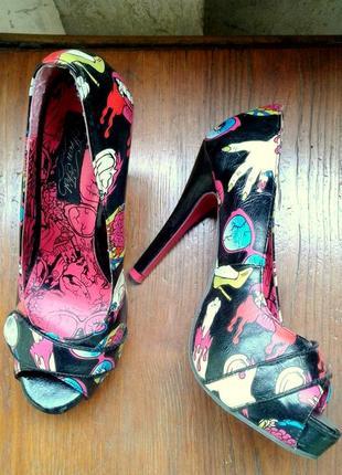 Туфли на каблуке с принтом неформальные, поп-арт, черные iron fist