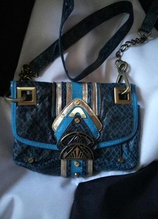 Маленькая сумочка на длинном ремешке через плечо