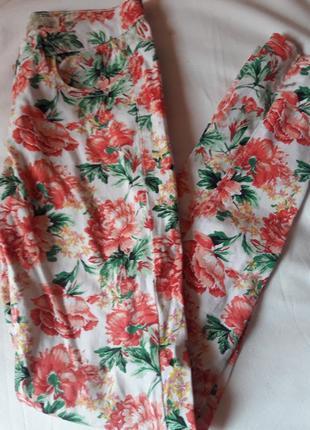 Легкие летние джинсы в цветочный принт