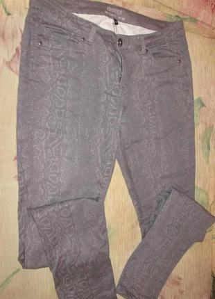 Тонкие брюки-джинсы,  принт питона