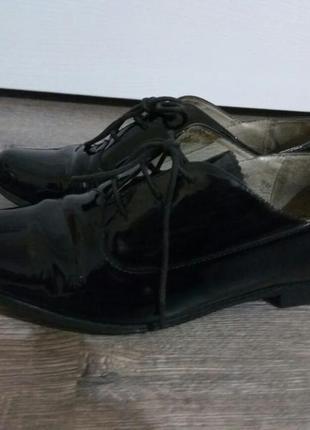 Лаковые кожаные туфли броги