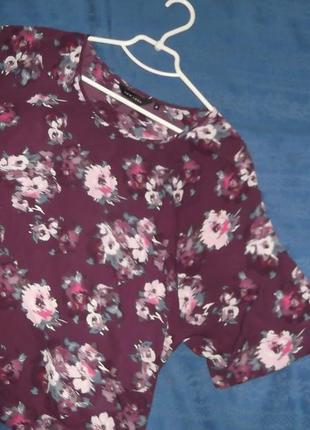 Фиолетовая свободная футболка с цветочками