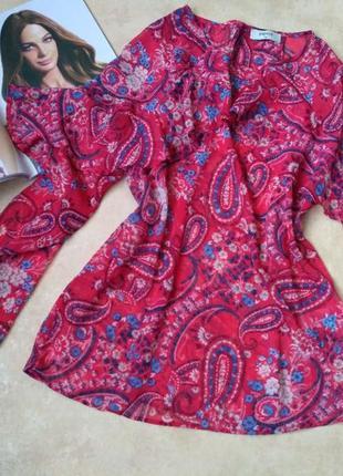 Яркая красивая шифоновая блуза с воланами