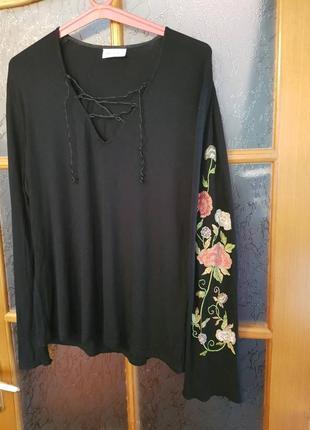 Красивенная блуза с вышивкой на рукаве
