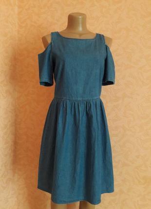 Обаятельное джинсовое платье  с открытыми плечами