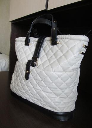 Стильная красивая сумка с короткой ручкой