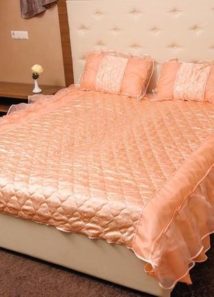 Персиковое покрывало на кровать атлас с рюшами стеганое тм ярослав